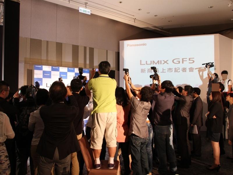 <b>発表会終了後のフォトセッションは大盛況。LUMIX Gシリーズにクリップオンストロボを組み合わせている出席者が目立った</b>