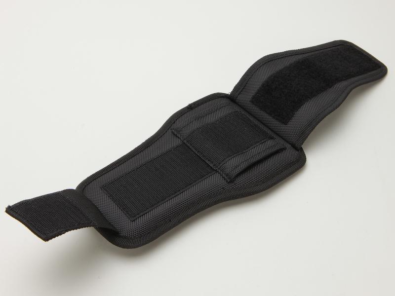 <b>ホルスターには一般的なベルトループの他、太めのベルトにも対応できるよう二重のベルクロが付いている</b>
