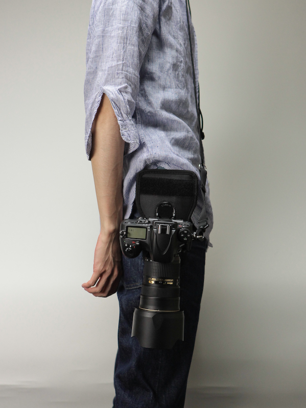 <b>ズボンのベルトを利用して装着したところ。首に落下防止の紐をかけている</b>