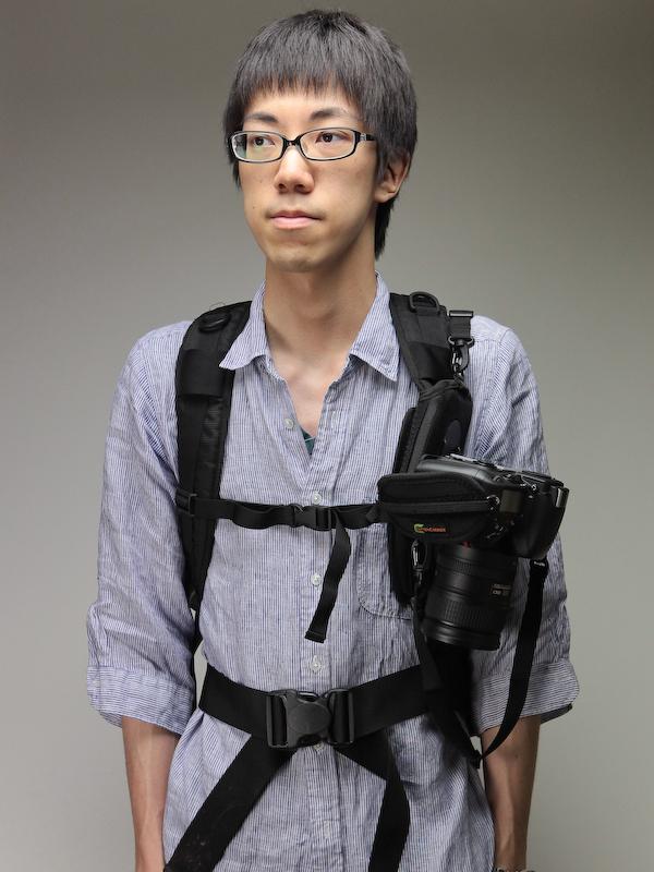<b>カメラを装着。重さのあるカメラだとやや外側に向くことがある。チェストハーネスのあるバックパックで使うのが良いだろう</b>