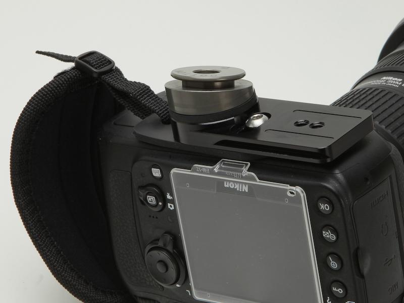 <b>三脚プレート、ハンドストラップ、アングルカメラハブを装着したところ</b>