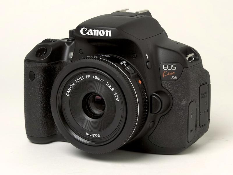 <b>EOS Kiss X6iにEF 40mm F2.8 STMを装着。いままでのEOS DIGITALになかったレンズだ</b>