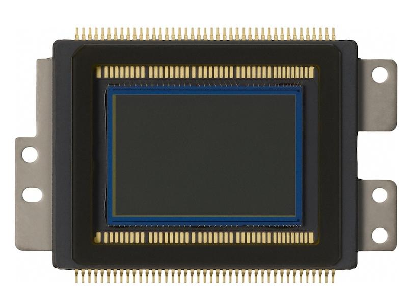 <b>EOS Kiss X6iに搭載されたAPS-Cサイズ相当の有効1,800万画素CMOSセンサー。画素数こそEOS Kiss X5と同じだが、位相差検出AF用の画素が埋め込まれている</b>
