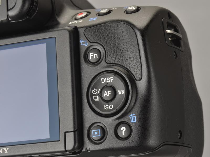 <b>α55では消去ボタン(設定でピント拡大の割り当ても可)だった右下ボタンは「?」アイコンとなり、撮影時に押すと撮影ガイドが液晶モニターへ表示される</b>