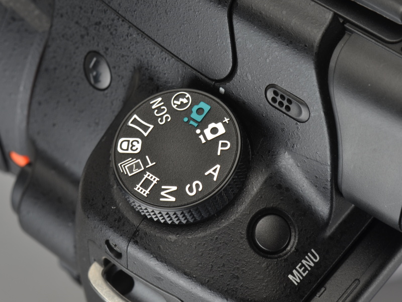 <b>最高連写速度を得られる「テレコン連続撮影優先AEモード」は、モードダイヤルでダイレクトに選択できる</b>