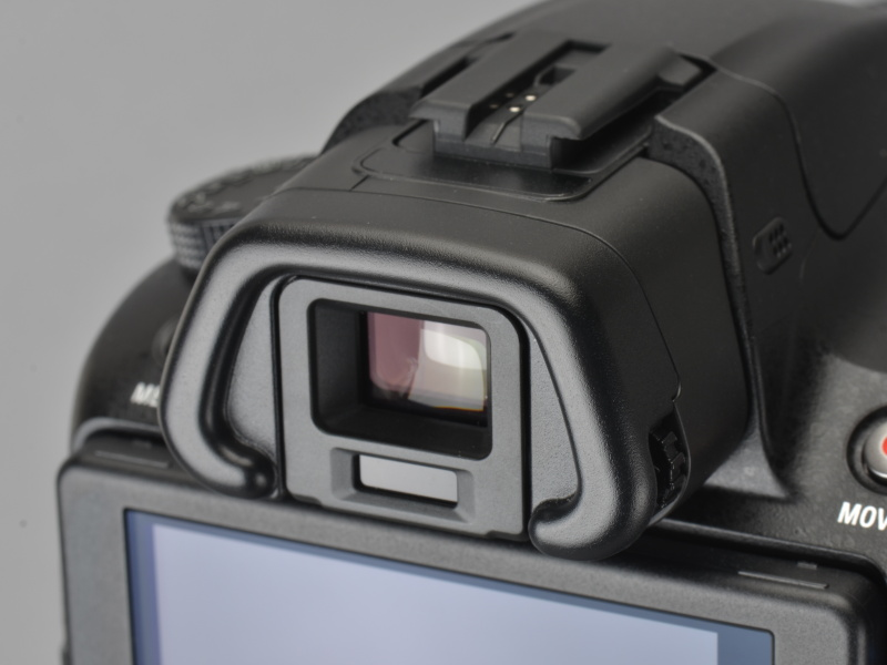 <b>EVFとしてのスペックは飛び抜けて高いわけではないが、接眼光学系の優秀さもあって見え方は良好。接眼センサー付きなので、目を当てれば自動的に液晶モニターから切り替わる</b>