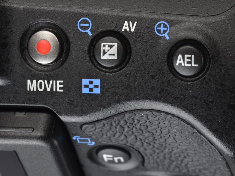 <b>ボディ右手側後方にあるボタン類は、配置も機能もα55と同じ。この部分はパネルが斜めになっているが、ボタンの操作性は意外と悪くない</b>