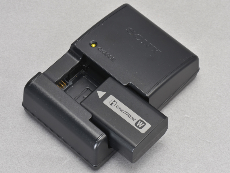 <b>電池はNP-FW50。インフォリチウムなので残容量は%刻みで表示される。撮影可能枚数はEVF時450枚、液晶モニター時500枚で、α55のそれぞれ330枚/380枚より大幅に向上している</b>