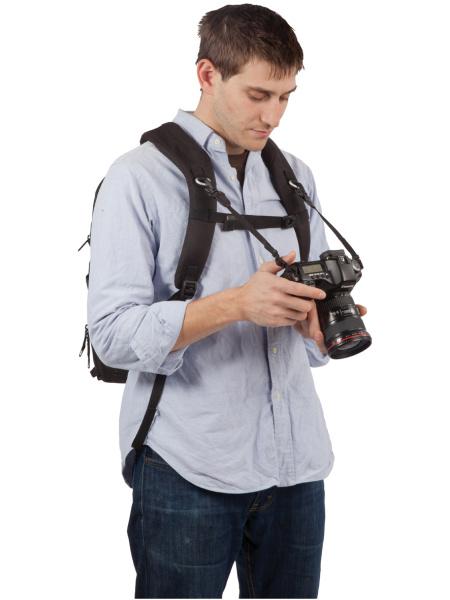 <b>ショルダーストラップに別売のKATAカメラストラップを取り付けられる</b>