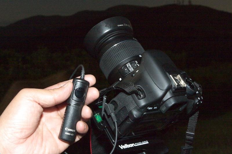 <b>星の撮影では長時間露光になるので、カメラを三脚に固定して撮影する。長時間露光での撮影はレリーズが必需品だ。</b>