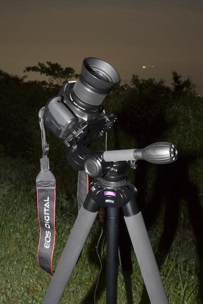 <b>そこでカメラを雲台に逆向きにセット。パン棒がレンズ側になり、真上にカメラを向けることが可能になる。</b>