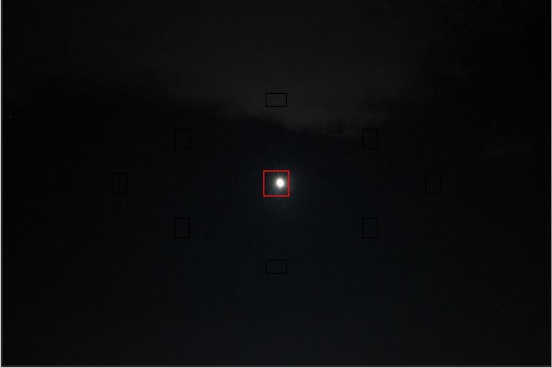 <b>月や遠景の街の灯りといった強い点光源なら、光学ファインダーでピントを合わせられることもある。精度の高い中央AFのAFセンサーが信頼できる。</b>