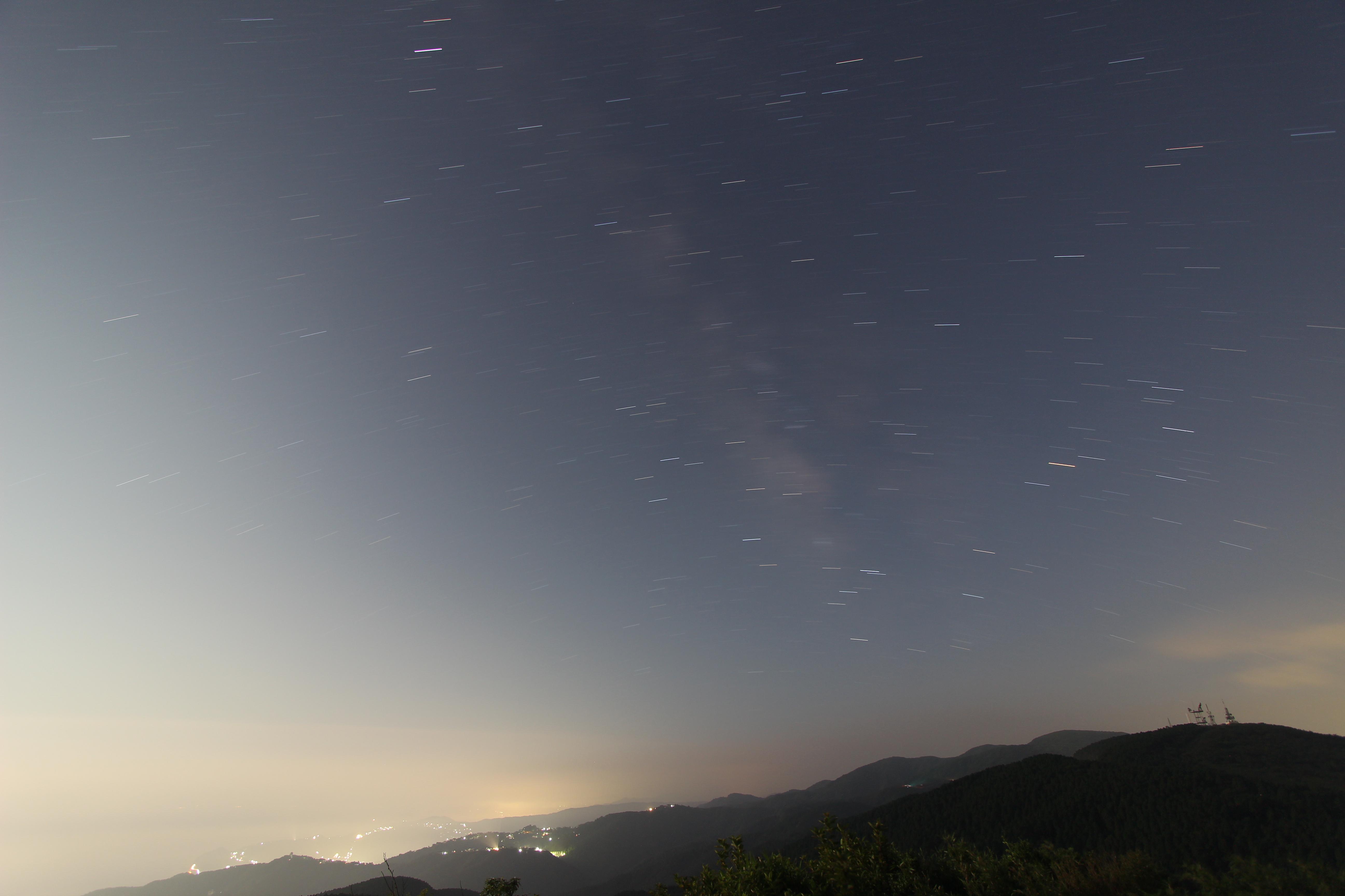 <b>超広角ズームレンズの広角端で南の空を撮影。約8分間弱の露光で星の軌跡を撮影することができた。</b>