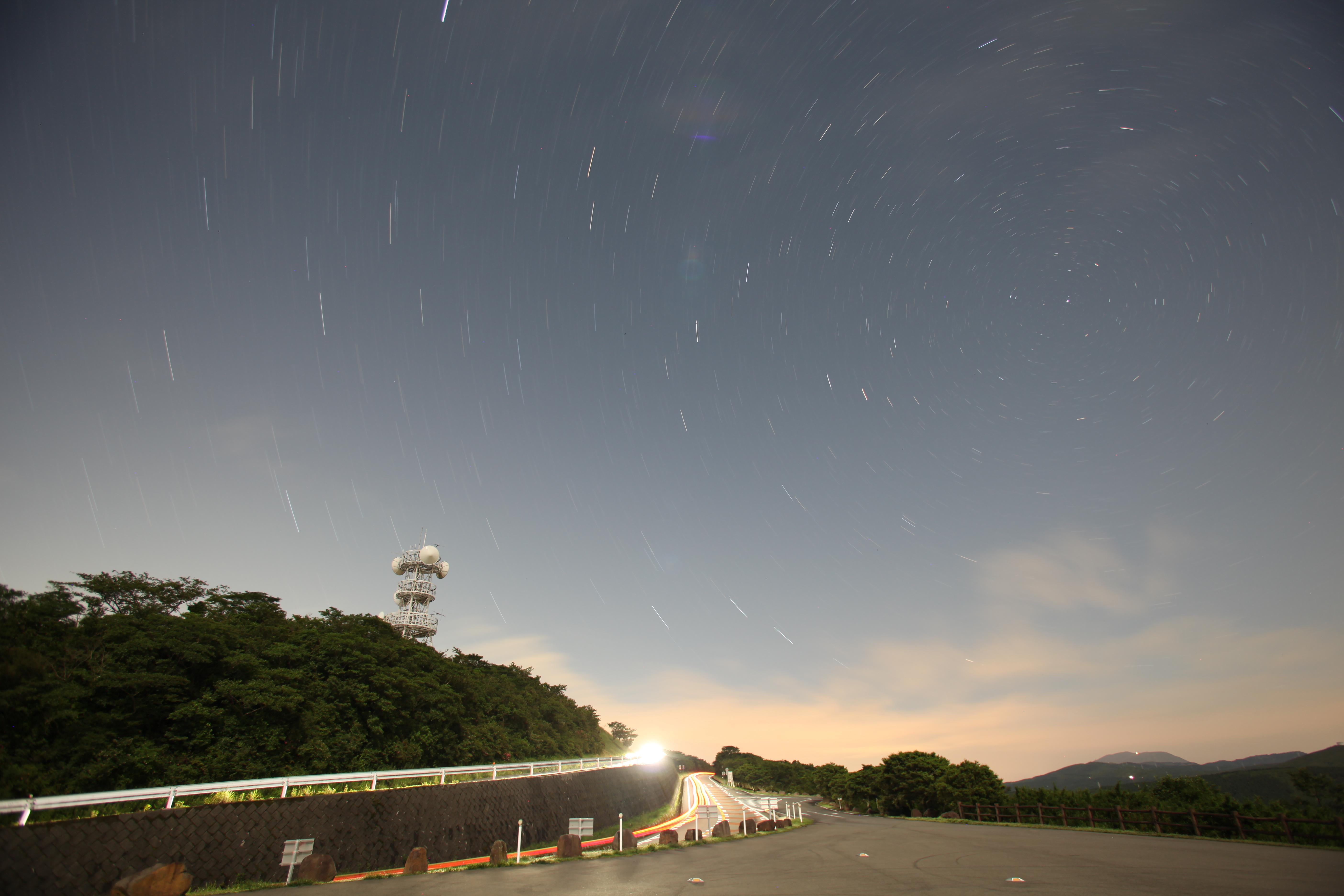 <b>上の写真とは反対の方角になる北の空にカメラを向けた。北極星を中心に星が回転している。また北極星から遠ざかるほど星の軌跡が長くなっていることがわかる。</b>
