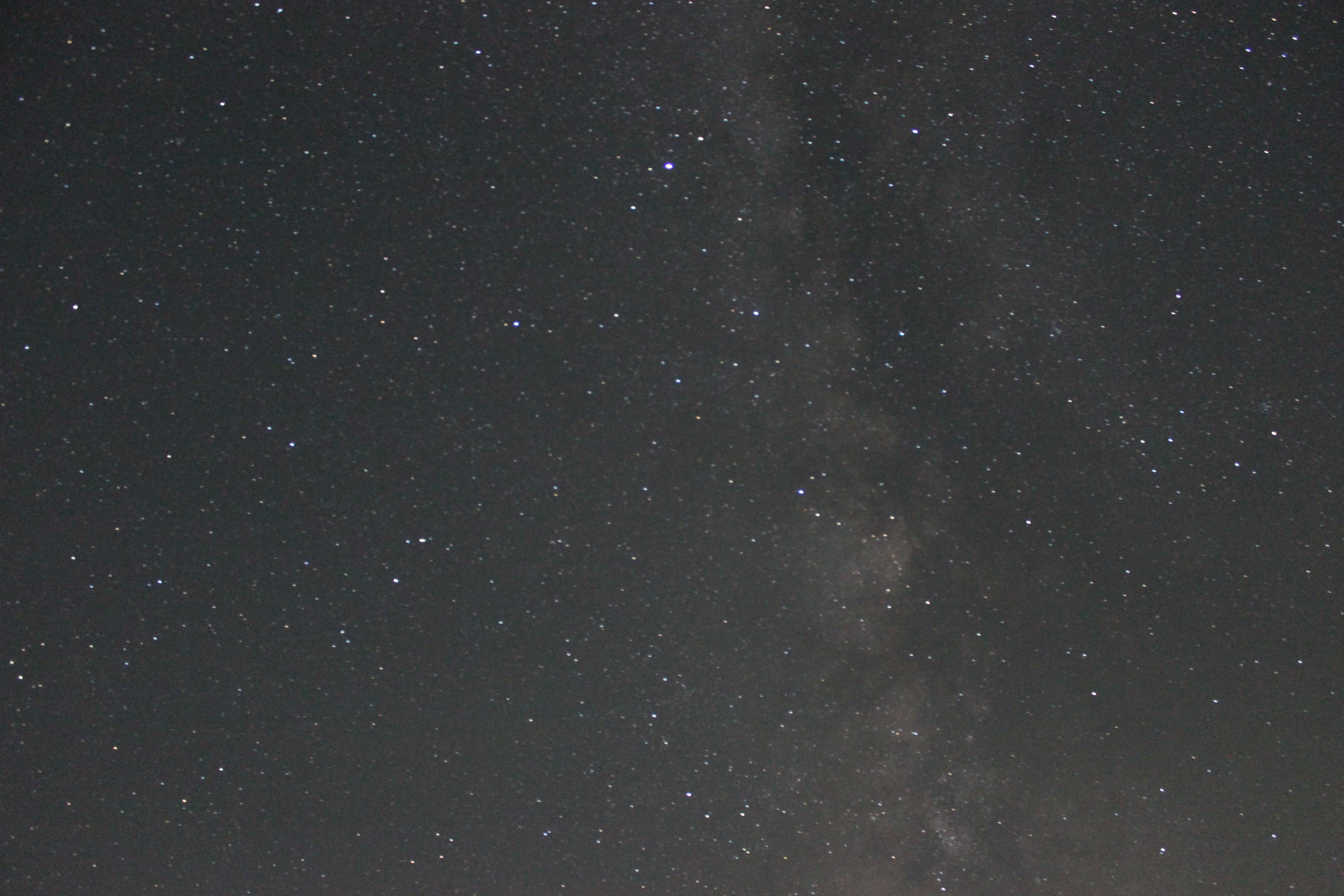 <b>夜空が暗く見える場所で、月もまだ出ていない時間。南側の空の天の川を撮影した。天の川がしっかりと確認できる明るさになった。</b>