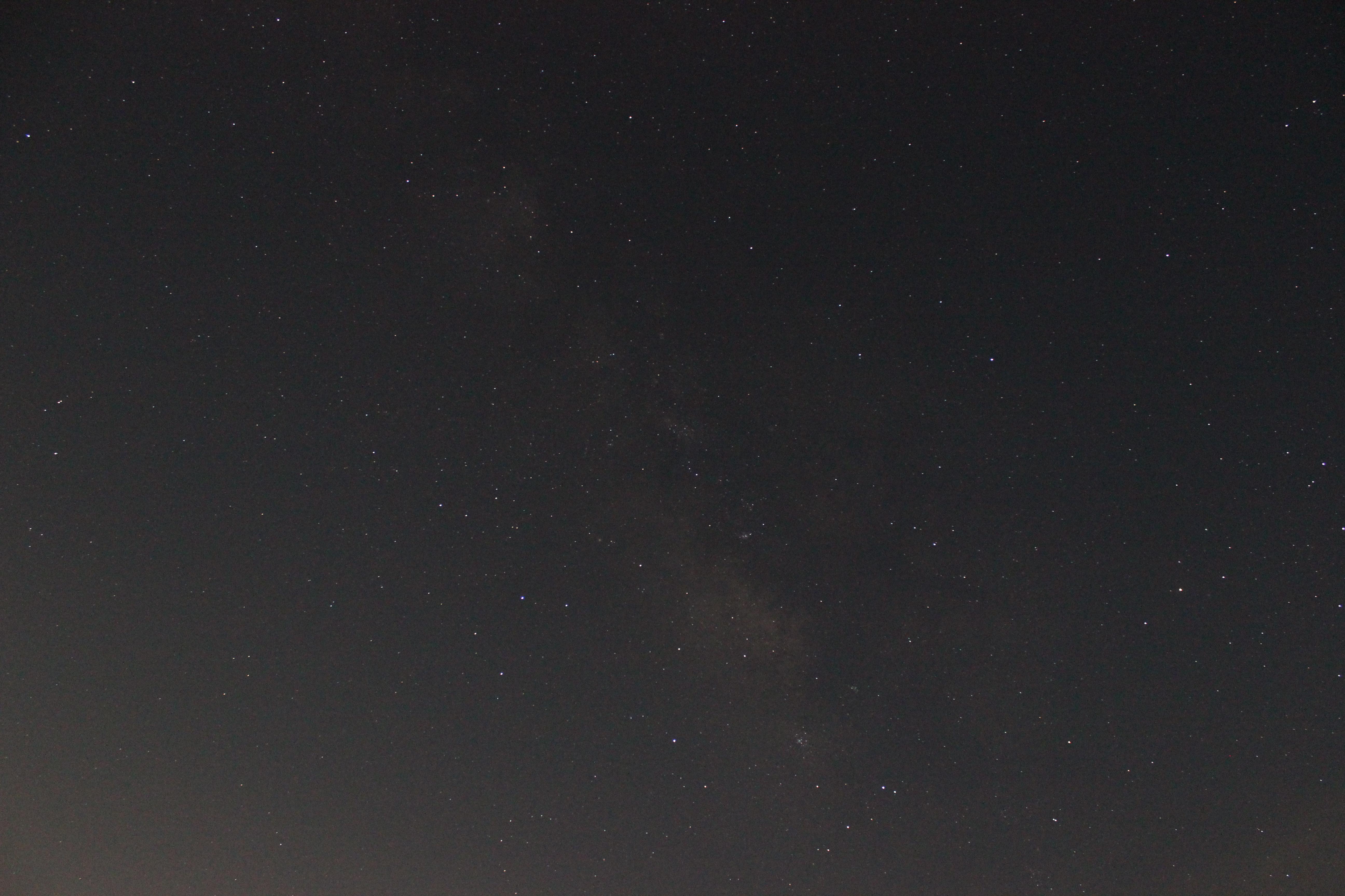<b>画面には写っていないが、半月よりもやや大きな月が画面左下に出ていたので、画面の空の明るさにムラができてしまった。月が明るさが影響し、天の川がハッキリと写らなかった。</b>