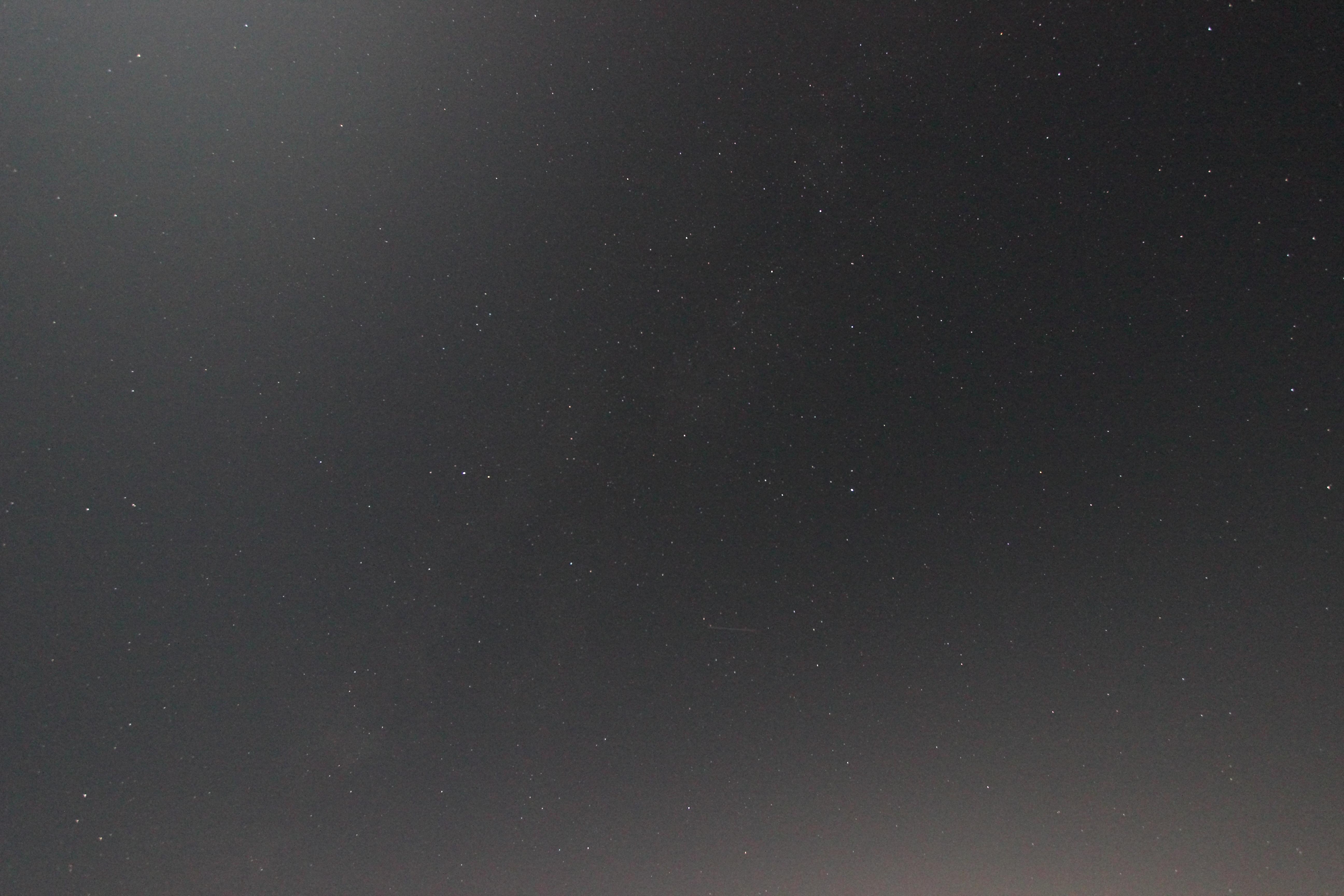 <b>画面左上は月、画面右下は夜景の灯りによる影響で、ムラになってしまった。</b>