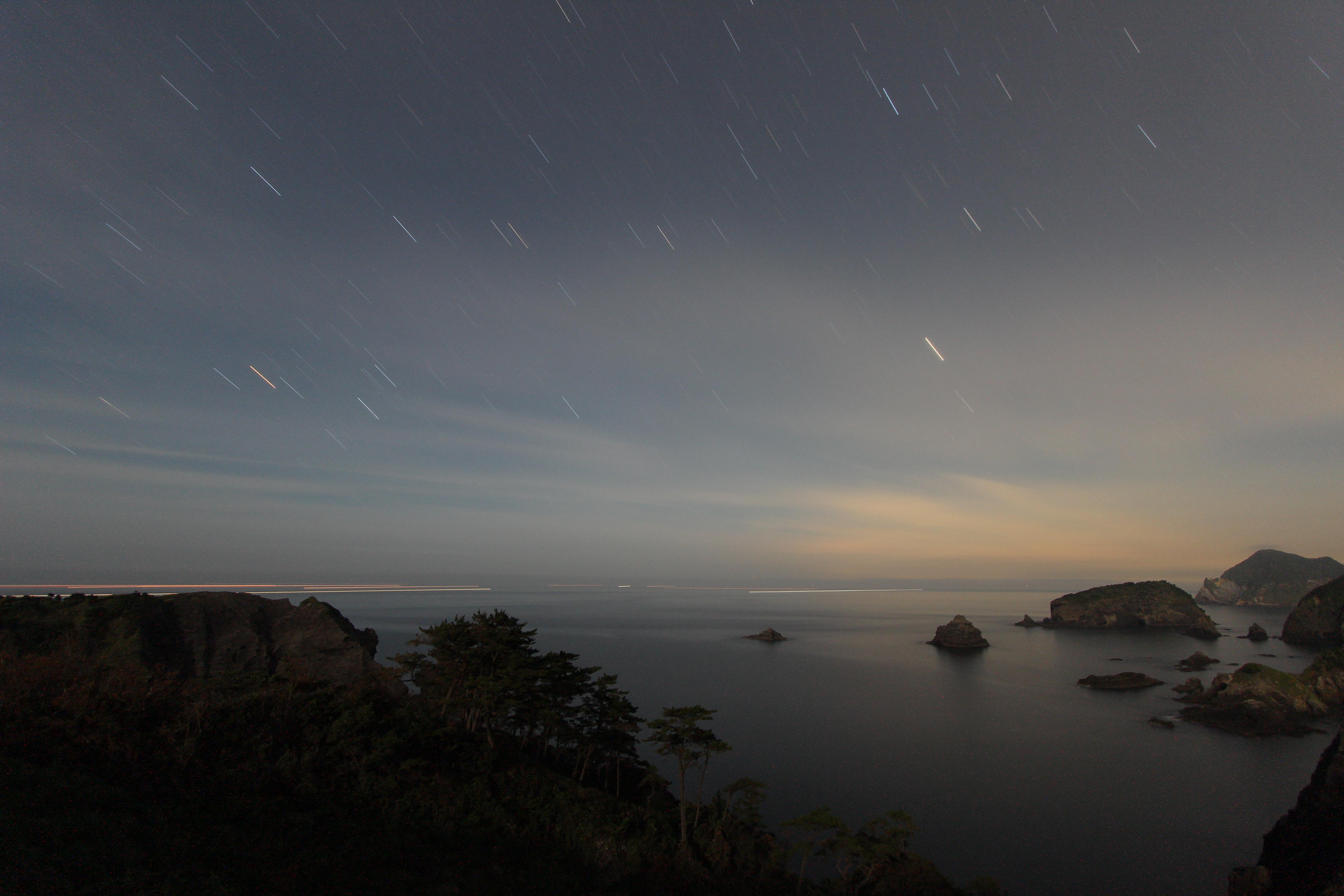 <b>空がうっすらと曇っていて、画面中央右側に遠くの街の灯りが影響したことと、月が出ていたたことが重なり、露光時間10分で夜空がかなり明るく写ってしまった。</b>