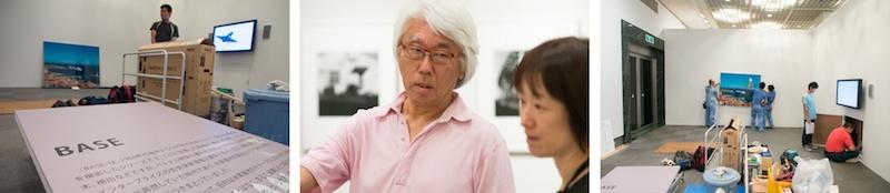 <b>東京都写真美術館で現在開催中の田村彰英写真展「夢の光・Light of Dreams」。展覧会の前日、作品展の搬入、展示の現場を取材させていただいた。ボクが現場へ入った時には額装された作品の搬入そのものは終わっていて、展示位置の調整やライティングの設定などの作業中だった。展示や照明にはそれぞれ専門の業者さんたちが大勢いて、テキパキ正確に進んでいった。展覧会の設営風景を取材に来たはずだが、上質な職人芸をみせてもらった気分でうれしくなってしまった(笑)。今回の展覧会は田村さんのデビューからの作品の歴史を辿る展示だが、写真作品だけではなく田村さんのコレクションでもあり、実際の「赤陽」シリーズの撮影にも使われた8×10カメラやオールド・レンズも展示されている。また短い映像作品もあるので、いろんな側面から楽しめるようになっている。</b>