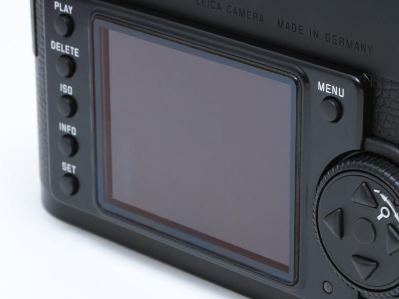 <b>液晶モニターの表面には、ライカM9-Pと同じサファイアガラスを採用。キズがつきにくく、安心して撮影に集中できる。背面のボタンやダイヤルの配置も、M9/M9-Pと同じ。M9/M9-Pユーザーは迷うことなく扱える。</b>