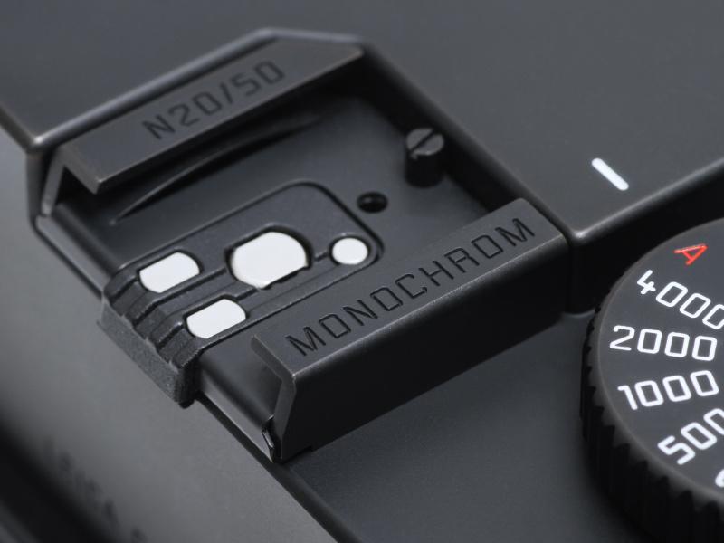 <b>Leicaのロゴはなく、機種名はアクセサリーシューに「MONOCHROM」の刻印があるだけ。しかも同色で目立たない。ちなみにモノクロームは英語では「MONOCHROME」だが、「MONOCHROM」はドイツ語。シリアルナンバーもアクセサリーシューに入る。</b>
