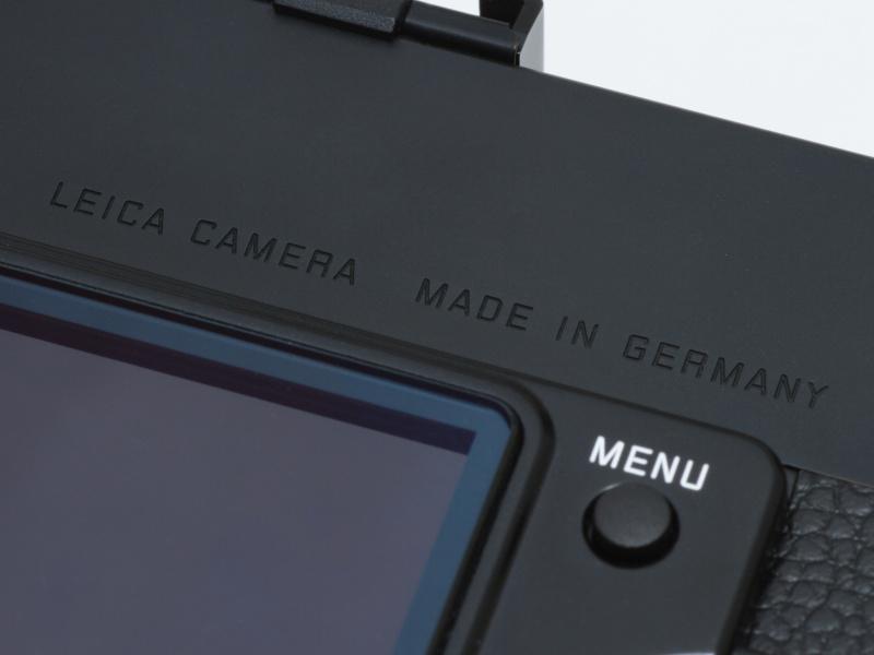 <b>唯一「LEICA」の文字があるのが背面。しかしLEICA CAMERA MADE IN GERMANYの文字には、普通なら白い塗料が使われるはずだが、Mモノクロームは彫られているだけ。ライカカメラ社のこだわりが感じられる。</b>