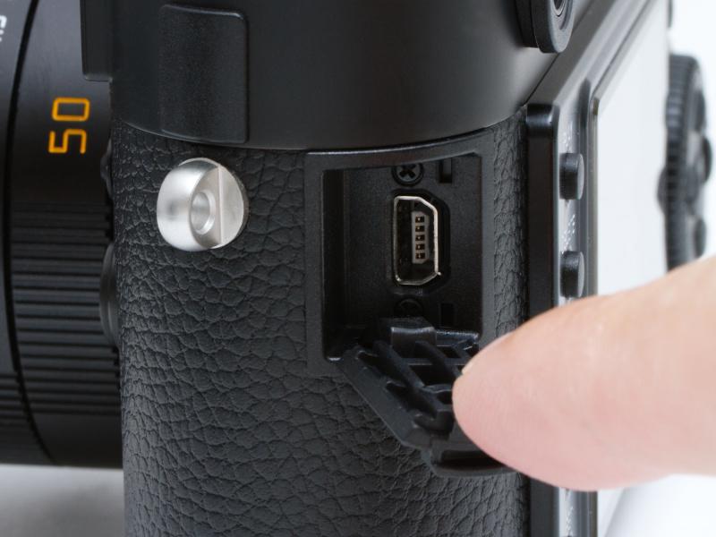 <b>側面のカバーを開けると、M9やM9-Pと同じくUSB端子が現れる。ちなみに端子はこれだけ。HDMIもビデオ端子も何もない。M型ライカはシンプルなのだ。</b>