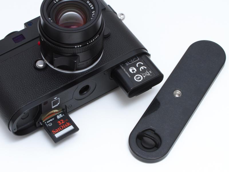 <b>バッテリーやメモリーカードは、M9、M9-Pと同じく底蓋を開けて装填する。底蓋はライカの伝統だ。バッテリーはM9/M9-P、さらにはM8/M8.2と共通。メモリーカードはSDHC。SDXCには対応していない。</b>