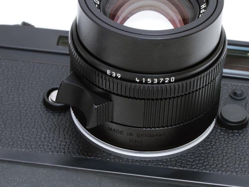 <b>従来モデルのズミクロンM f2.0/50mmはピントリングに指掛けレバーがなく、リングを摘んで回すが、アポ・ズミクロンM f2.0/50mm ASPH.は指掛けレバーが装備された。左手の人差し指1本でピント合わせが行なえる。</b>