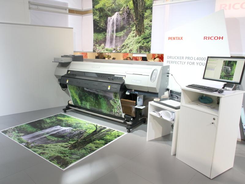 <b>リコーの大判プリンターで645Dの撮影画像をプリント。ラテックスインクを使用しているという</b>