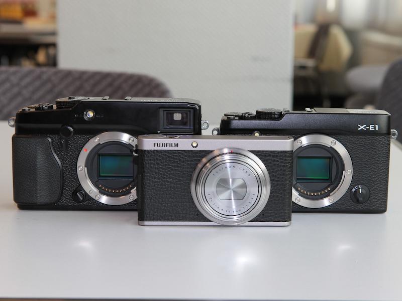 <b>FUJIFILM X-Pro1(左)およびFUJIFILM X-E1(右)とのサイズ比較</b>