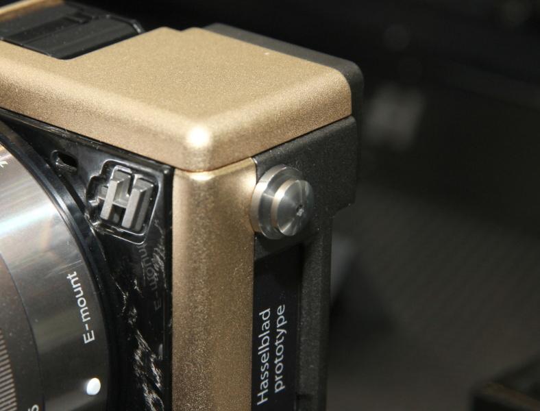 <b>ストラップ取り付け部はHシステムのそれを採用。同社カメラの伝統をアピールする</b>