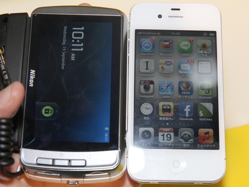 <b>iPhone 4S(右)とCOOLPIX S800cを比較</b>