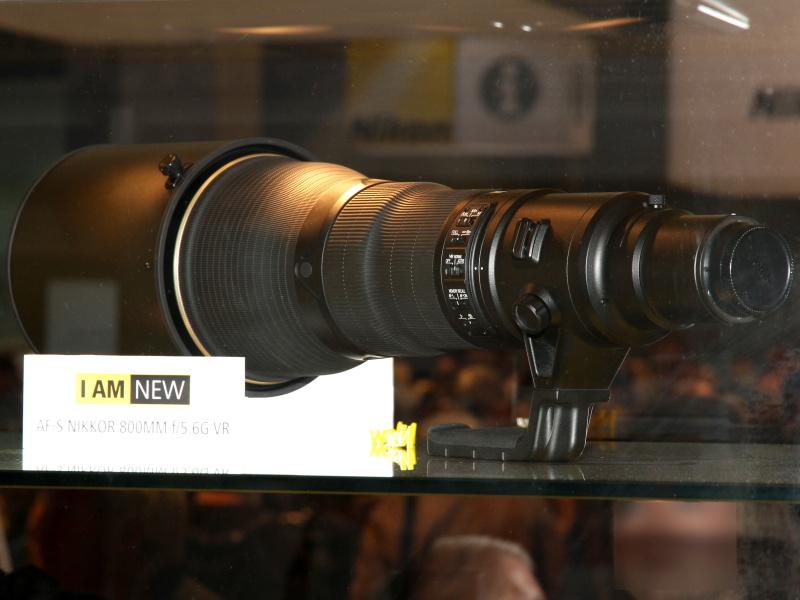 <b>開発発表した「AF-S NIKKOR 800mm F5.6 G VR」をケース内展示</b>