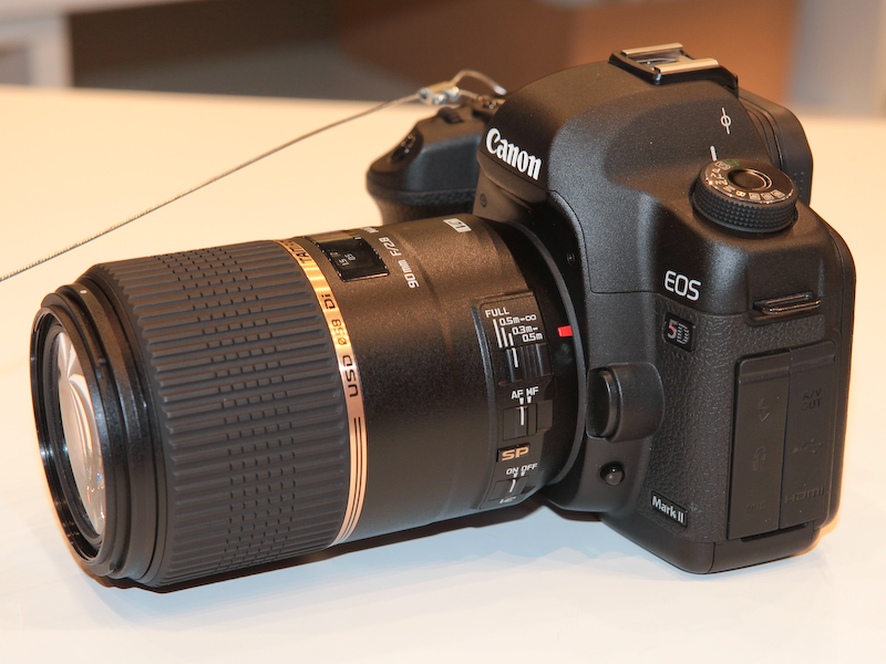 <b>SP 90mm F2.8 Di MACRO 1:1 VC USDをEOS 5D Mark IIに装着したところ</b>