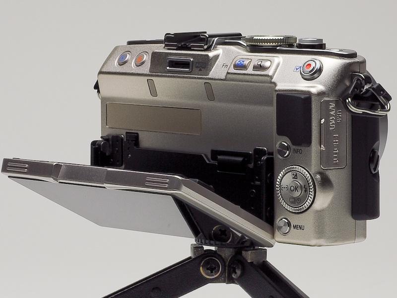 <b>バリアングル液晶モニターは、自分撮り用に前面にも向けられるようになった</b>