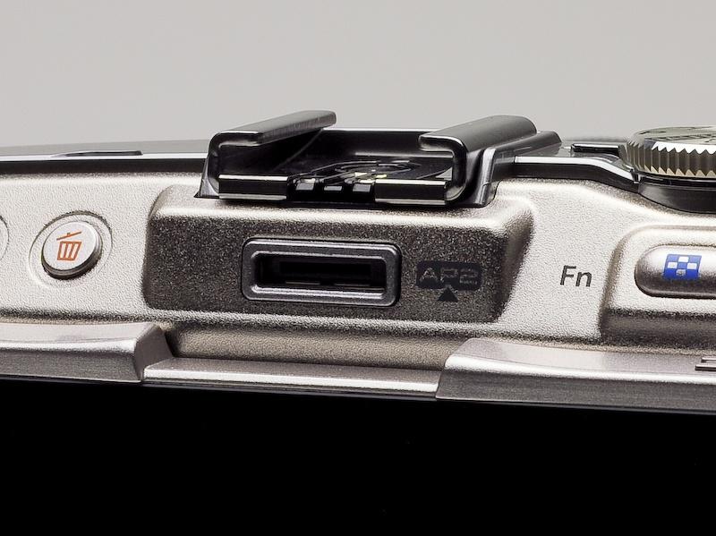 <b>AP2ポートを装備。EVFのほか、PENPAL PP-1などの装着が可能</b>