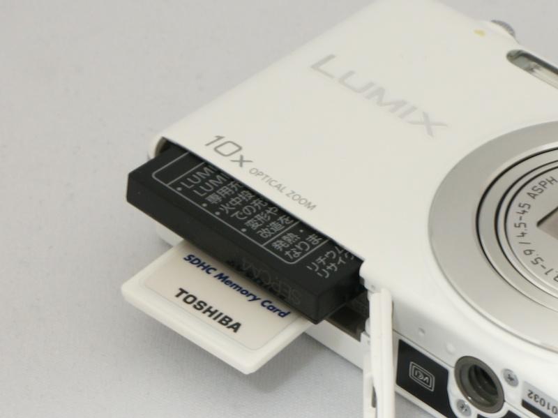 <b>カードスロットはSDXC/SDHC/SDメモリーカードに対応</b>