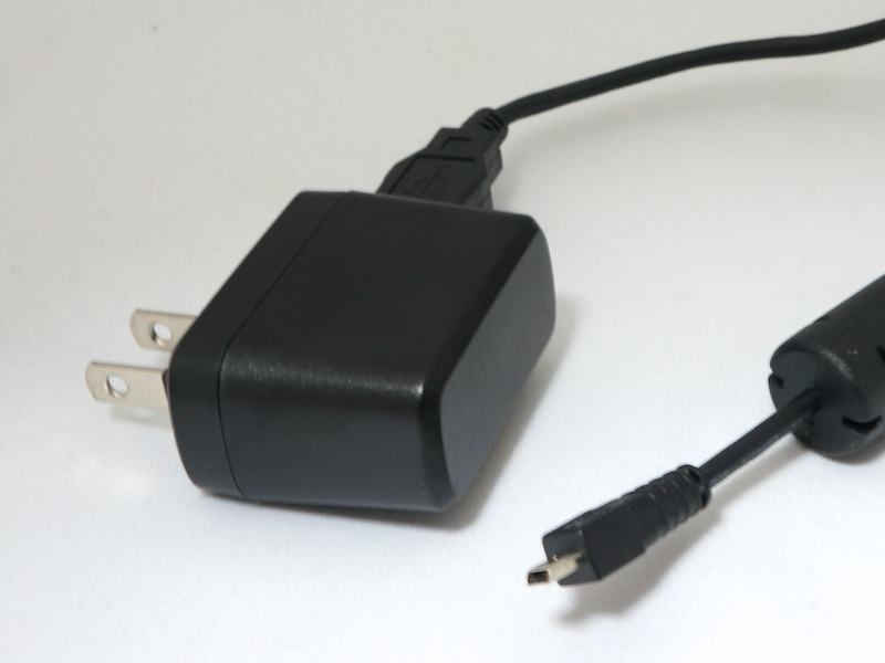 <b>付属のACアダプターはUSB経由の充電も可能</b>