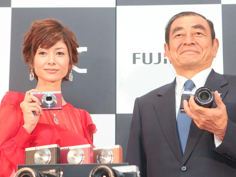 <b>富士フイルム代表取締役会長・CEOの古森重隆氏(右)と新イメージキャラクターの真木よう子さん(左)</b>