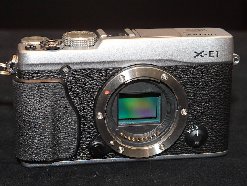 <b>APS-CサイズのX-Trans CMOSセンサーを搭載</b>
