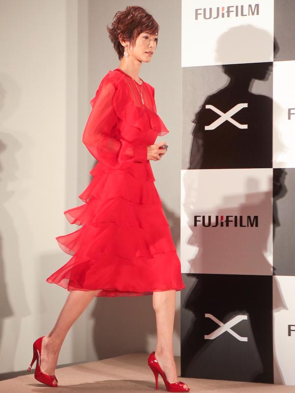 <b>CMと同じ真っ赤なドレスで颯爽と登場した真木よう子さん</b>