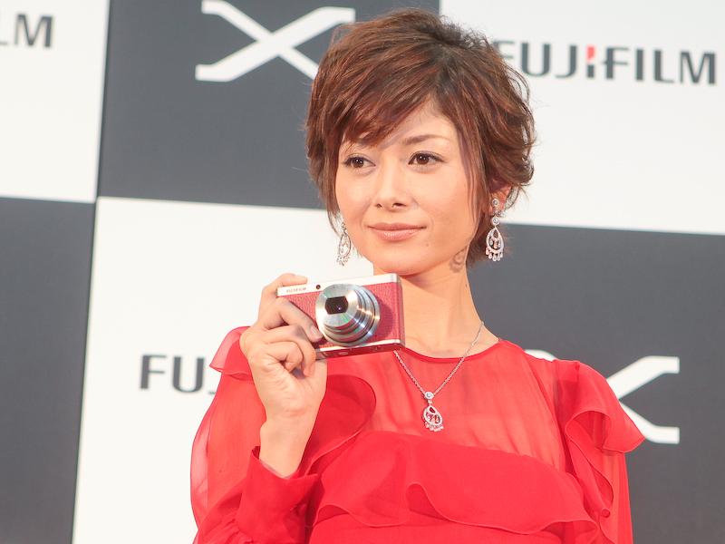 <b>FUJIFILM XF1について聞かれると、「お洒落でファッションの一部として持っていたくなるカメラですね。(カラーバリエーションは)どれも素敵で全部欲しくなっちゃいます。でも赤いレザーの質感が一番お気に入りです」(真木さん)と答えていた</b>