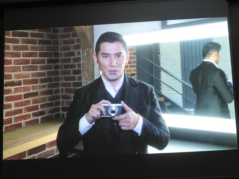 <b>本木さんはビデオメッセージで、「CMではFUJIFILM XF1ならではのスタイルを表現しておりますので、楽しみにしていてください」と語った</b>
