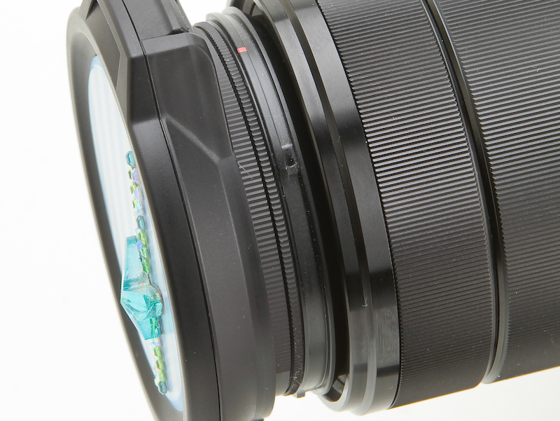 <b>レンズへの取り付け部分は2重になっており360度回転する。実はPLフィルターの機構を応用したものだ</b>