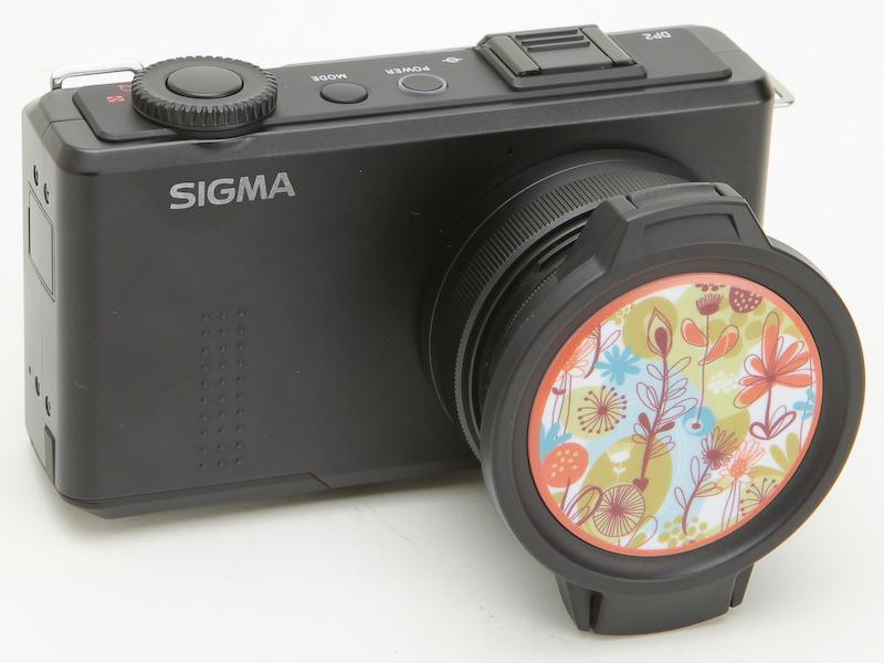 <b>シグマDP2 Merrillに「フローラルを装着したところ。同カメラのフィルター径は49mmのため問題なく使用できる</b>