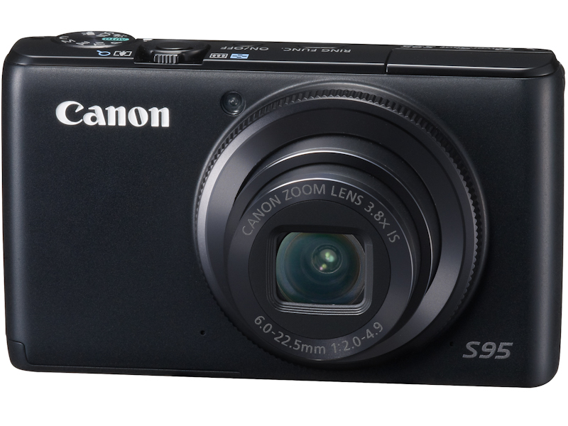 <b>PowerShot S95(2010年8月発売)。根強い人気を得たS90の基本コンセプトを受け継ぎ、EOSの望遠マクロレンズで採用例がある「ハイブリッドIS」をコンパクト機で初搭載。カメラが平行方向に動くシフトブレの補正に対応した</b>