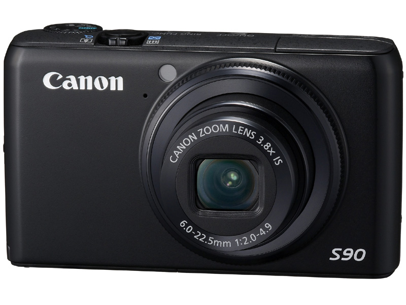 <b>PowerShot S90(2009年10月発売)。広角端開放F2の明るいレンズと、画素ごとの面積を広く取った1/1.7型CCDセンサーが暗所撮影を助ける。レンズ鏡筒部の「コントローラーリング」はS110にも受け継がれる同シリーズのアイコン</b>