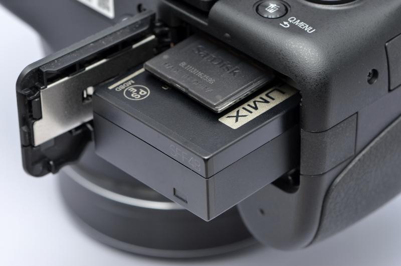 <b>記録メディアは、SDXC/SDHC/SDカードで、あらたにUHS-Iに対応した。それと、約70MBの内蔵メモリ。使用電源DMW-BLC12の撮影可能枚数は約540枚で、動画の記録時間はAVCHD/60p設定の場合、約160分となっている</b>