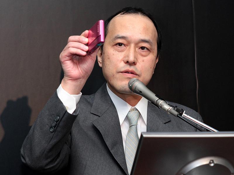 <b>デジタルイメージング事業本部の副本部長に就任する佐藤裕之氏(2009年8月6日の新製品発表会で撮影)</b>